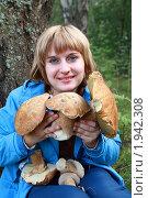 Девушка держит в руках белые грибы. Стоковое фото, фотограф Alechandro / Фотобанк Лори