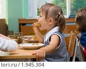Купить «Девочка завтракает в детском саду», фото № 1945304, снято 1 сентября 2010 г. (c) Типляшина Евгения / Фотобанк Лори