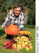 Купить «Пенсионер собрал урожай на дачном участке», эксклюзивное фото № 1947780, снято 15 сентября 2009 г. (c) Яна Королёва / Фотобанк Лори