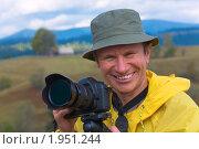 Купить «Счастливый фотограф на фоне осенних гор», фото № 1951244, снято 5 октября 2009 г. (c) Юрий Брыкайло / Фотобанк Лори