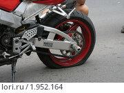 Купить «Спущенное колесо мотоцикла», фото № 1952164, снято 31 июля 2010 г. (c) Ольга Батракова / Фотобанк Лори