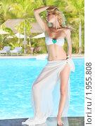 Купить «Девушка у бассейна», фото № 1955808, снято 24 августа 2010 г. (c) Ольга Хорошунова / Фотобанк Лори