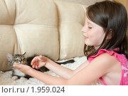 Девочка играет с котенком. Стоковое фото, фотограф Ольга Полякова / Фотобанк Лори