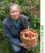 Купить «Улыбающаяся женщина с корзиной белых грибов», фото № 1959488, снято 8 сентября 2010 г. (c) VPutnik / Фотобанк Лори