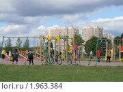 Купить «Детская площадка в Митино», эксклюзивное фото № 1963384, снято 5 сентября 2010 г. (c) Валерия Попова / Фотобанк Лори