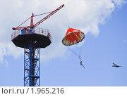 Купить «Прыжок девушки с парашютной вышки», эксклюзивное фото № 1965216, снято 9 мая 2009 г. (c) Алёшина Оксана / Фотобанк Лори