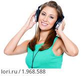 Купить «Красивая девушка слушает музыку», фото № 1968588, снято 21 августа 2010 г. (c) Валуа Виталий / Фотобанк Лори
