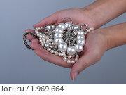 Купить «Женские руки держат драгоценности», фото № 1969664, снято 4 сентября 2010 г. (c) Ирина Смирнова / Фотобанк Лори