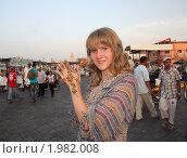 Девушка на площади Марракеша с татуировкой из хны (2010 год). Редакционное фото, фотограф Дарья Фролова / Фотобанк Лори