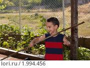 Веселый мальчик с палкой. Стоковое фото, фотограф Василий Геворкян / Фотобанк Лори