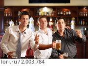 Купить «Трое мужчин с пивом в пабе», фото № 2003784, снято 22 августа 2010 г. (c) Raev Denis / Фотобанк Лори
