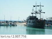 Пиратский корабль в бухте (2009 год). Редакционное фото, фотограф Мария Васильева / Фотобанк Лори