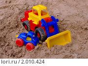 Игрушечный бульдозер в песке с маленькой машиной. Стоковое фото, фотограф Денис Гоппен / Фотобанк Лори