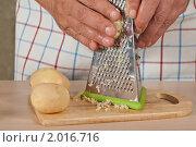 Купить «Салат «Селёдка под шубой», сервированный в стакане, пошаговый процесс: очистка картошки», эксклюзивное фото № 2016716, снято 3 сентября 2010 г. (c) Давид Мзареулян / Фотобанк Лори