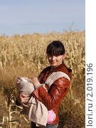 Купить «Молодая мама с ребенком в слинге на краю кукурузного поля», фото № 2019196, снято 26 сентября 2010 г. (c) Иванюшин Виталий / Фотобанк Лори