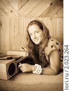 Купить «Девушка с виниловой пластинкой в руках», фото № 2023264, снято 7 июля 2010 г. (c) Дарья Филимонова / Фотобанк Лори