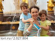 Мама с детьми (2009 год). Редакционное фото, фотограф Losevsky Pavel / Фотобанк Лори