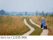 Купить «Женщина с тележкой идет по проселочной дороге на дачу», фото № 2035960, снято 28 июля 2010 г. (c) Светлана Зарецкая / Фотобанк Лори