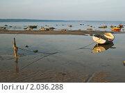 Купить «Привязанная лодка на берегу Балтийского моря», фото № 2036288, снято 9 октября 2010 г. (c) Игорь Соколов / Фотобанк Лори