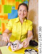 Купить «Женщина фарширует курицу на кухне», фото № 2047380, снято 7 октября 2010 г. (c) Яков Филимонов / Фотобанк Лори