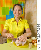 Купить «Женщина фарширует курицу на кухне», фото № 2047396, снято 7 октября 2010 г. (c) Яков Филимонов / Фотобанк Лори