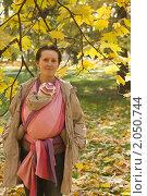 Портрет мамы с ребенком в слинге на фоне кленовых листьев. Осень. Стоковое фото, фотограф Владимир Сидорович / Фотобанк Лори