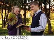 Купить «Целующаяся пара осенью в парке», фото № 2053216, снято 10 октября 2010 г. (c) Юрий Викулин / Фотобанк Лори