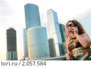 Купить «Юная красивая девушка на фоне современных построек Москва-сити», фото № 2057584, снято 17 июля 2010 г. (c) Дмитрий Яковлев / Фотобанк Лори