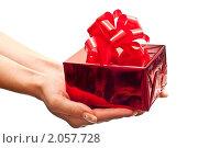Купить «Подарок в женской руке», фото № 2057728, снято 31 августа 2010 г. (c) Сергей Дашкевич / Фотобанк Лори