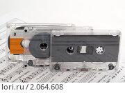 Купить «Аудиокассеты на раскрытом музыкальном учебнике», фото № 2064608, снято 19 октября 2010 г. (c) Владимир Белобаба / Фотобанк Лори