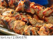 Купить «Шашлык на шампурах лежит на тарелке», фото № 2064676, снято 1 мая 2010 г. (c) Алексей Баринов / Фотобанк Лори