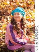Ребенок в осенней листве. Стоковое фото, фотограф Анастасия Шелестова / Фотобанк Лори