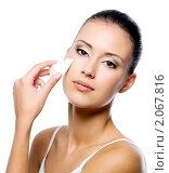 Купить «Девушка наносит тональный крем на лицо», фото № 2067816, снято 18 сентября 2010 г. (c) Валуа Виталий / Фотобанк Лори