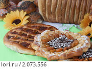 Купить «Пирог с яблоками, курагой,  изюмом и пирог с повидлом», эксклюзивное фото № 2073556, снято 27 июня 2010 г. (c) Шичкина Антонина / Фотобанк Лори