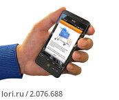 Купить «Оплата покупки в интернет-магазине через платежную систему QIWI с помощью мобильного телефона», фото № 2076688, снято 17 октября 2010 г. (c) Владимир Сергеев / Фотобанк Лори