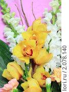 Букет с желтой орхидеей на розовом фоне. Цветочная композиция. Стоковое фото, фотограф Ольга Липунова / Фотобанк Лори