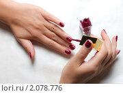 Женщина красит ногти. Стоковое фото, фотограф Роман Кокорев / Фотобанк Лори