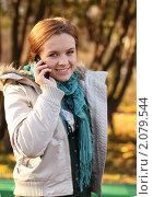 Купить «Девушка в куртке с мобильным телефоном», фото № 2079544, снято 24 октября 2010 г. (c) Юрий Викулин / Фотобанк Лори