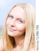 Летний портрет светловолосой девушки на фоне голубого неба. Стоковое фото, фотограф Анна Назарова / Фотобанк Лори