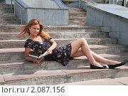 Купить «Абитуриентка сидит на ступеньках у входа в университет», фото № 2087156, снято 6 августа 2009 г. (c) Олег Тыщенко / Фотобанк Лори