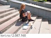 Купить «Первокурсница перед зачетом в академии», фото № 2087160, снято 6 августа 2009 г. (c) Олег Тыщенко / Фотобанк Лори
