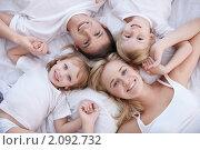 Купить «Счастливая семья лежит на белой кровати», фото № 2092732, снято 30 сентября 2010 г. (c) Raev Denis / Фотобанк Лори