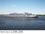 Купить «Пароход плывет по Волге», фото № 2095208, снято 30 июня 2010 г. (c) Наталья Волкова / Фотобанк Лори