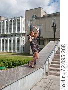 Купить «На пороге новых знаний. Абитуриентка стоит возле своего института.», фото № 2095268, снято 6 августа 2009 г. (c) Олег Тыщенко / Фотобанк Лори