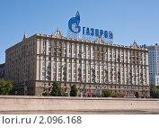 Купить «Здание с рекламой Газпрома. Москва», фото № 2096168, снято 30 июня 2010 г. (c) Николай Коржов / Фотобанк Лори