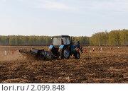 Трактор в поле. Стоковое фото, фотограф Сергей Ксенофонтов / Фотобанк Лори