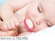 Купить «Личико спящего младенца с пустышкой», фото № 2102052, снято 15 июля 2010 г. (c) Валуа Виталий / Фотобанк Лори