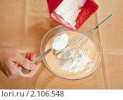 Купить «Приготовление омлета. Руки насыпают муку в миску», фото № 2106548, снято 30 октября 2010 г. (c) Яков Филимонов / Фотобанк Лори