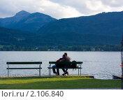 Молодая пара любуется на озеро Вольфгангзее. Санкт-Вольфганг. Австрия (2010 год). Стоковое фото, фотограф Валерий Степанов / Фотобанк Лори
