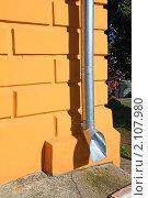 Купить «Водосточная труба», фото № 2107980, снято 21 июня 2010 г. (c) Сергей Яковлев / Фотобанк Лори